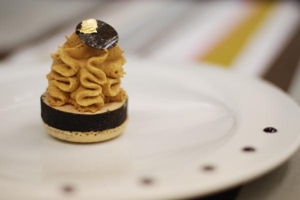 Macaron à la truffe noire, foie gras de France pané à la truffe noire, chantilly au sirop de moût de raisin