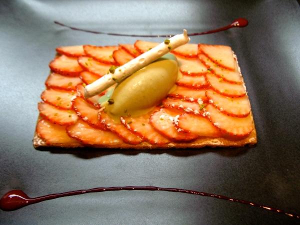 Sablé Breton, crème légère, fraises, glace pistache, meringue